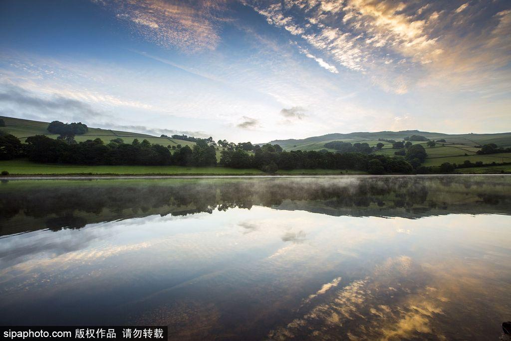 英国莱迪鲍尔水库日出美景 水面倒影似折叠世界