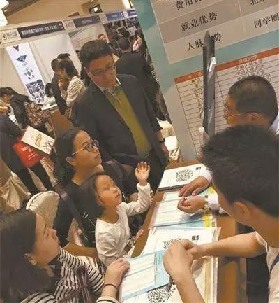 考生和家长在向华侨联考中介机构咨询。