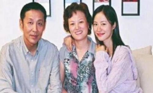 如今一家三口生活非常幸福,可以说是一个美满的家庭了。