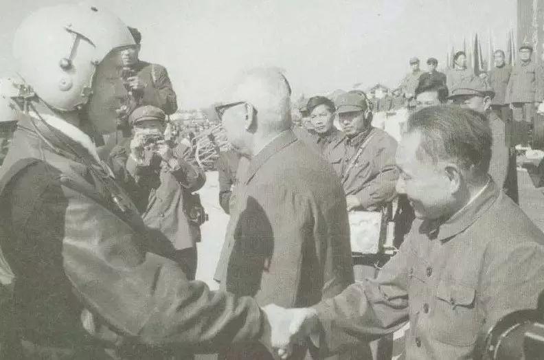 △1978年10月,邓小平观看空军部队训练表演后,同飞行员握手。