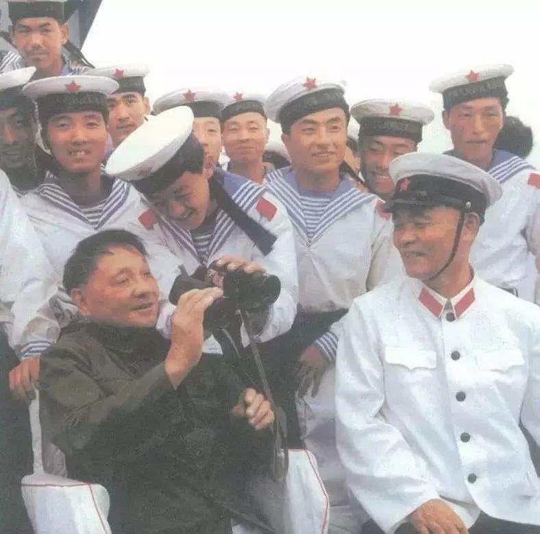 △1979年8月2日,邓小平在海军北海舰队视察时和舰艇指挥员在一起。