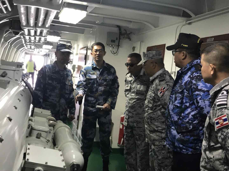 联合指挥所里的外军人员参观盐城舰