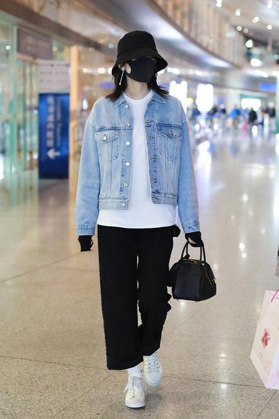 张子枫这件容易调戏的荧光色卫衣搭配米黄色渔夫帽,适合年轻的女生。