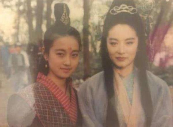 第四张照片是马伊琍和林青霞,其实多年之前两人,就有了合作还留下了珍贵的合照。
