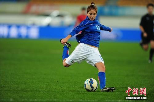 资料图:意大利女足队员曼努埃拉射门。中新社记者 贺俊怡 摄
