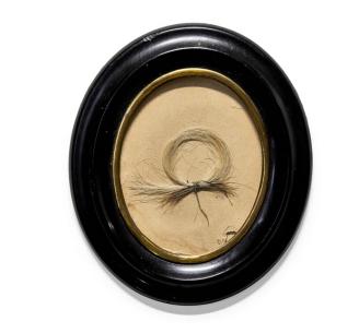 (贝多芬头发由丝线固定,装在椭圆形框架中 图源:苏富比拍卖行)