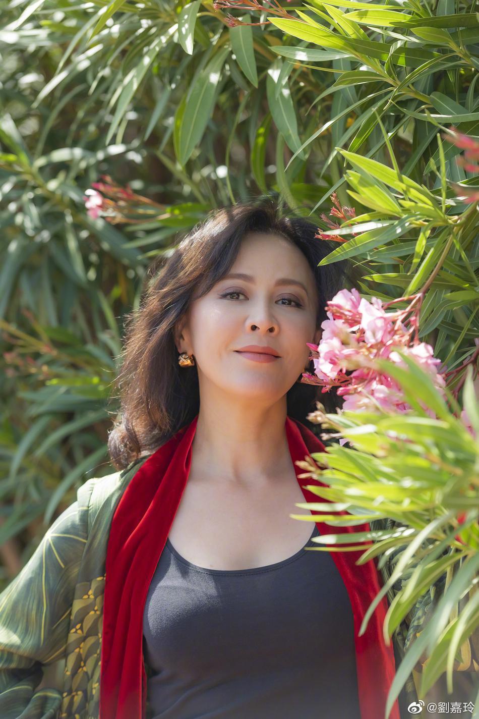 刘嘉玲躲在鲜花后面
