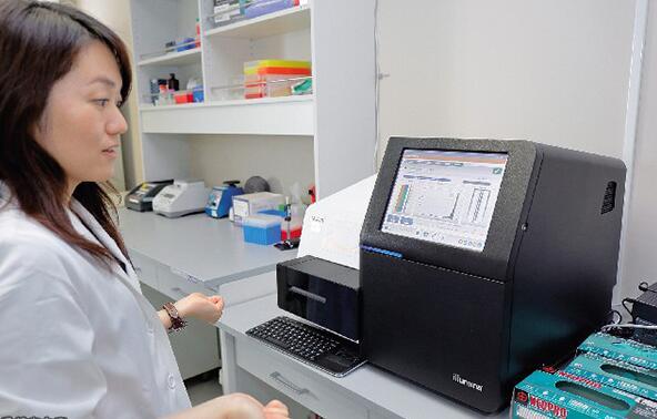 (对患者的基因异常进行解析(照片由日本国立癌研中心提供)