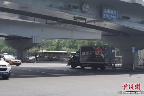 德邦物流车正在运输。张旭 摄