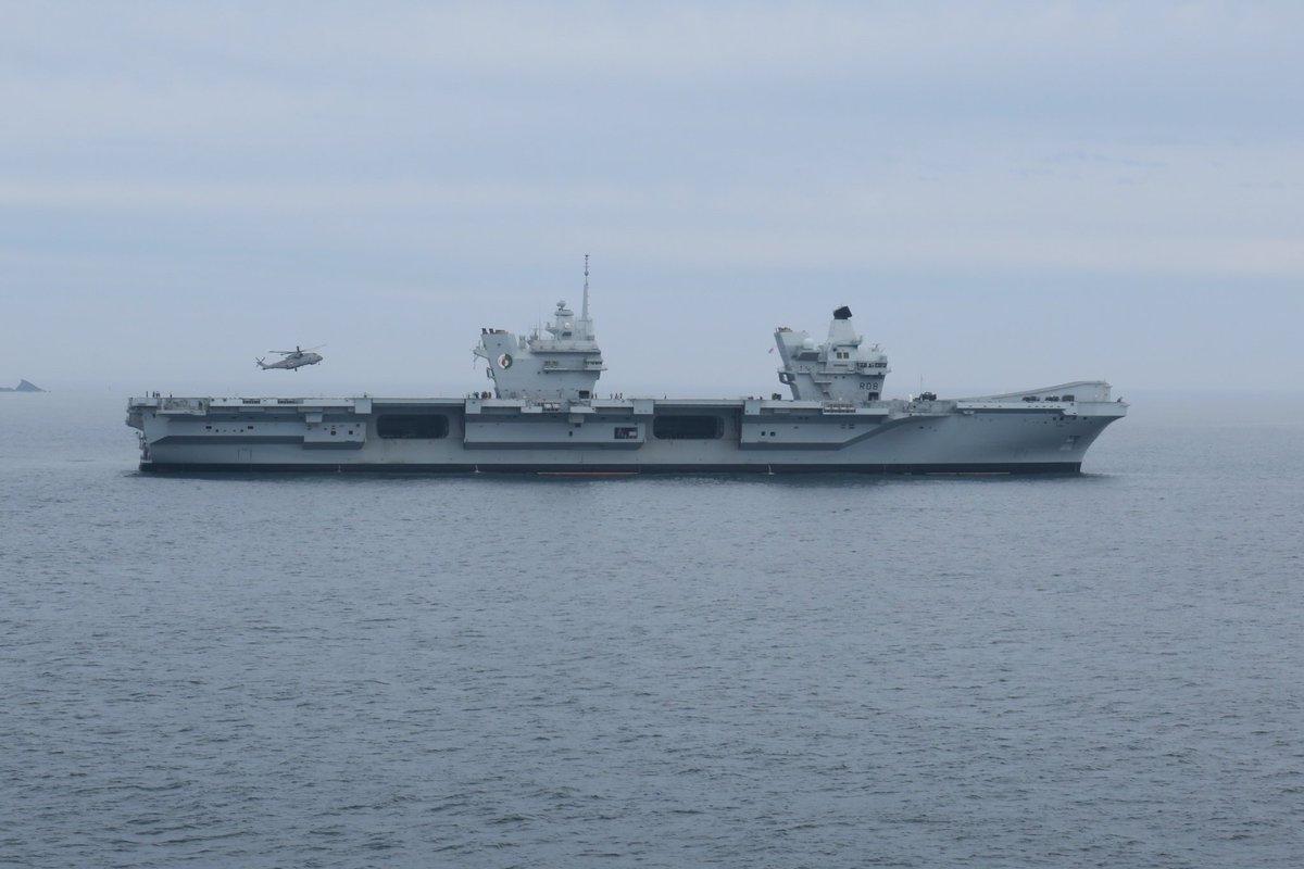 伊丽莎白女王号航母在海上航行