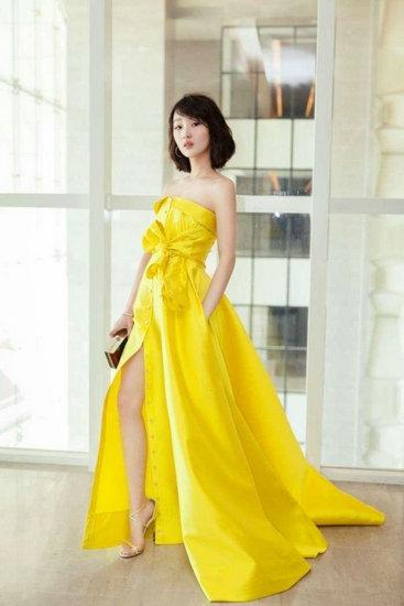 没想到凭周冬雨的小身材也可以撑起一袭黄裙。