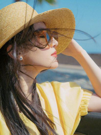 刘亦菲摩纳哥写真曝光,一袭鹅黄色连衣裙配以简约草帽,温柔大方似从画中走来。