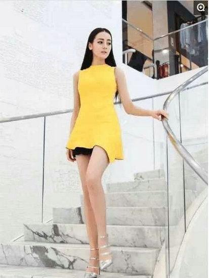 迪丽热巴的长腿在黄色的映衬下简直在发光。