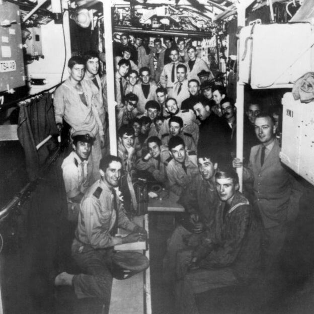 """(""""密涅瓦""""号潜艇上的船员,1965年档案照片。)"""