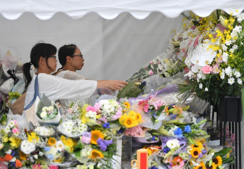 京阿尼火灾后,人们来到现场献花悼念死者(每日新闻)