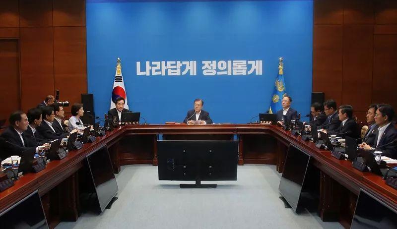 8月2日,在韩国首尔,韩国总统文在寅(中)主持召开紧急国务会议。新华社/美联