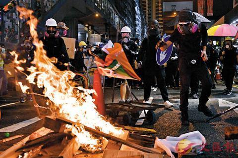 暴徒在香港铜锣湾街头纵火(图源:文汇报)