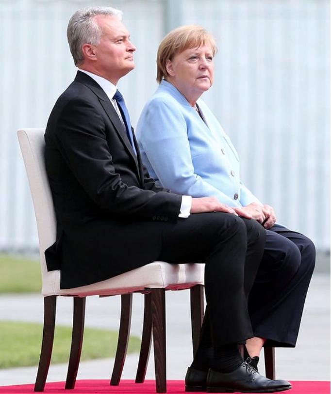默克尔迎接立陶宛总统时,坐着听完国歌演奏。(图源:GETTY)