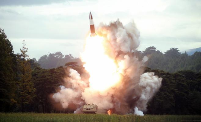 据朝中社17日报道,朝鲜最高领导人金正恩于16日上午再次指导朝鲜进行新型武器试射。