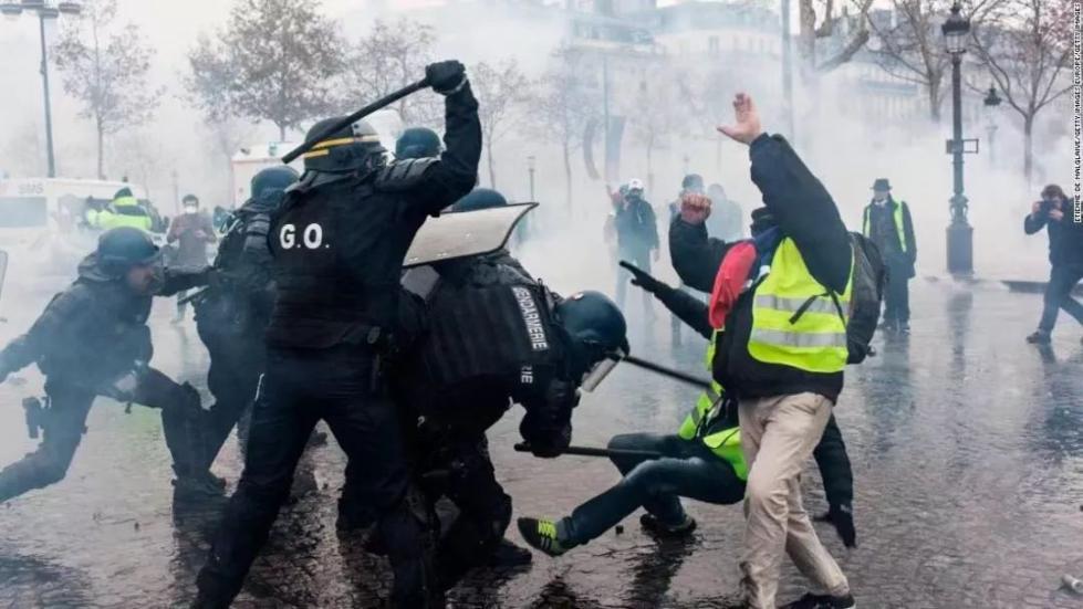 """""""黄背心""""抗议活动现场,警方使用警棍""""棒打""""示威者。图源:CNN"""