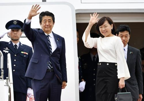23日,安倍与夫人启程参加七国集团峰会(韩联社)
