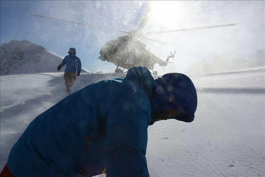 救援机组采取超低高度悬停救援,被救人员倒退登上直升机。
