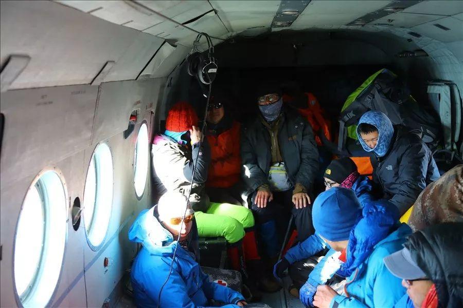 10名被困人员全部被救上直升机。