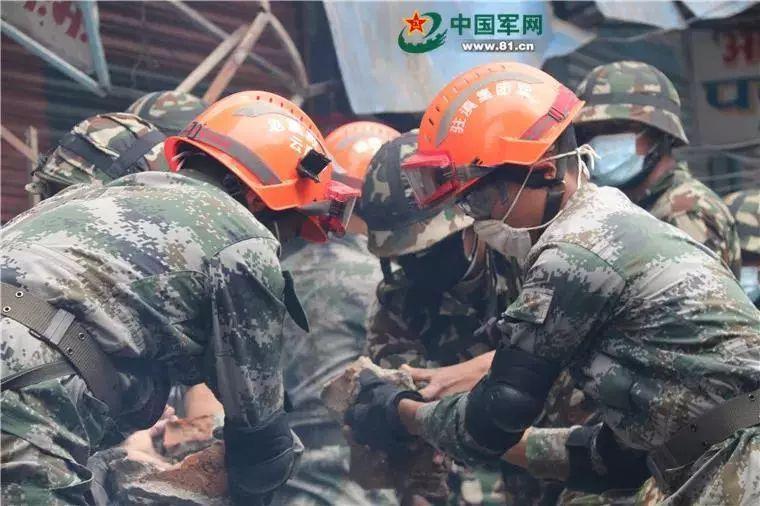 """2015年4月25日,尼泊尔发生8.1级地震,我官兵驰援尼泊尔地震灾区,这是废墟上的""""兄弟连"""" 。刘松 摄"""