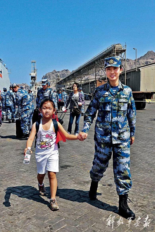 亚丁港撤侨现场,一名小女孩准备登舰。