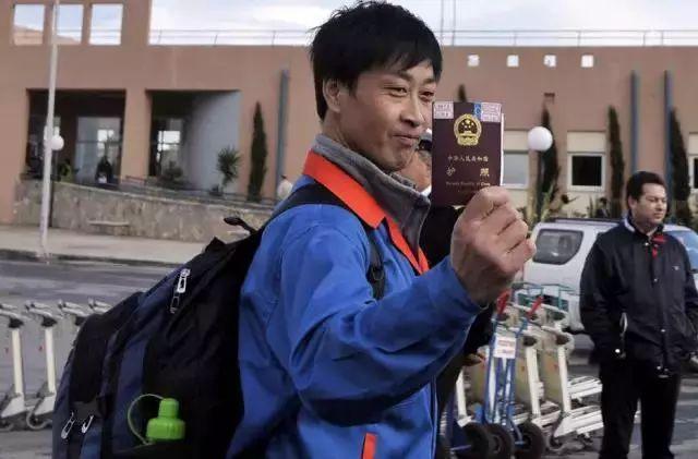 2011年,一名从利比亚撤到希腊的中国公民在骄傲地展示自己的护照。