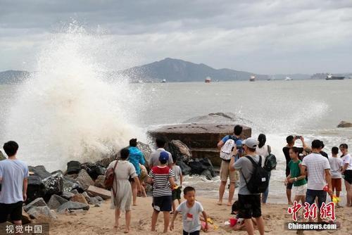 """台风""""白鹿""""逼近 厦门沿海掀起大浪。图片来源:视觉中国"""
