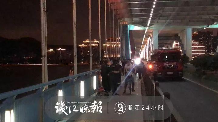 据围观的群众说,女孩是在晚上6点左右的时候,再度站到桥沿上的。