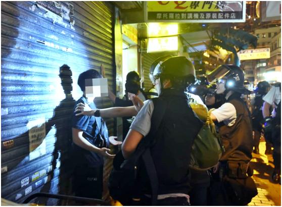 28日凌晨,香港警方在深水埗警署附近拘捕至少4名示威者(图片来源:《星岛日报》)