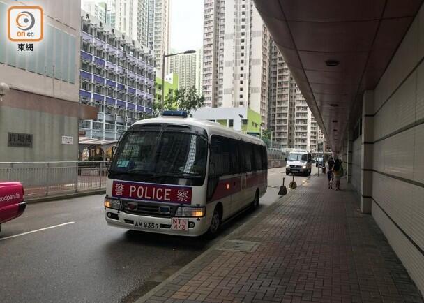 """(油塘邨有警车巡逻。图源:香港""""东网"""")"""