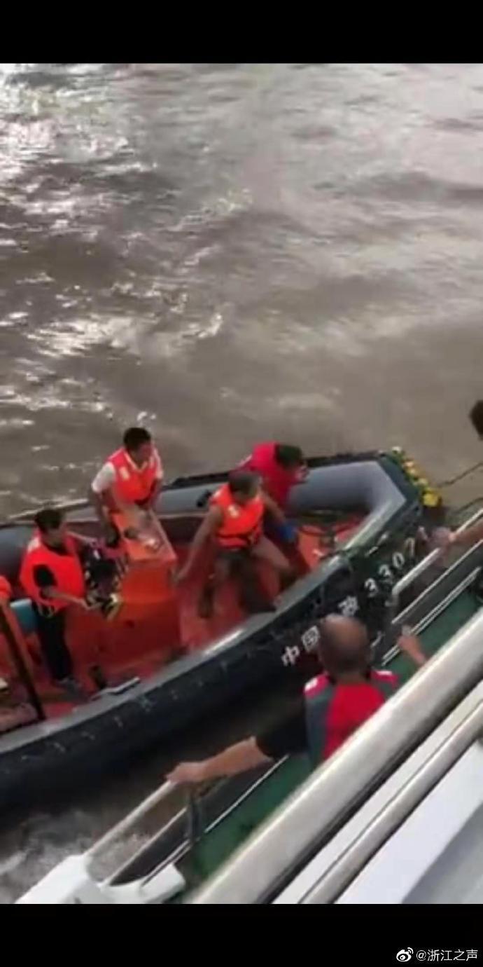 浙江一运输船为救渔船触礁沉没 8人落水2人遇难