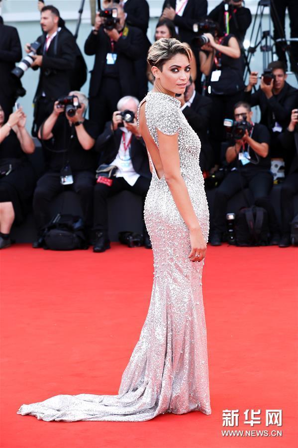 8月29日,在意大利威尼斯,演员葛丽泰⋅斯卡拉诺亮相威尼斯电影节红毯仪式。新华社记者 张铖 摄