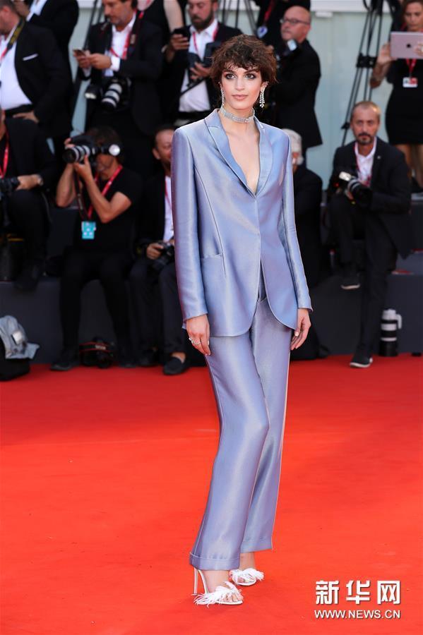 8月31日,在意大利威尼斯,模特葛丽泰⋅费罗亮相威尼斯电影节红毯仪式。新华社记者 张铖 摄