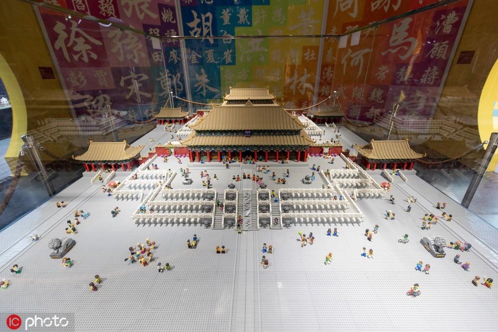 """50万块乐高积木搭建的""""故宫三大殿""""模型惟妙惟肖。(图源:东方IC)"""