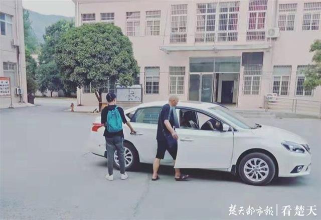 王小佳随父亲回家