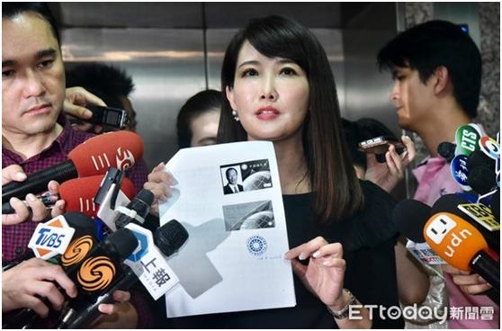 蔡沁瑜代表郭台铭办理退党程序(图片:东森新闻云)