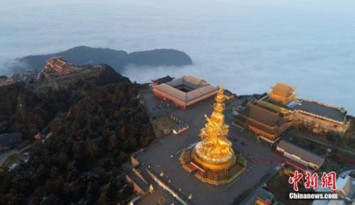 资料图:夕阳下的峨眉山金顶。 刘忠俊 摄