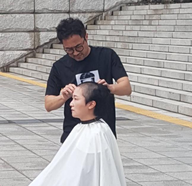 李彦周在韩国国会前剃光头(《朝鲜日报》)