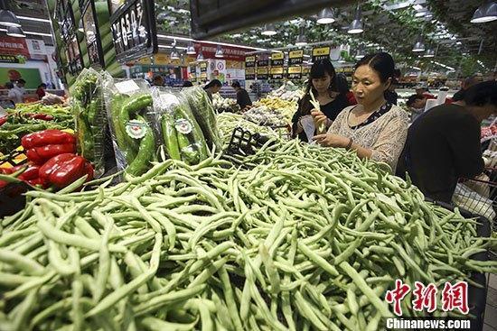图为民众在山西太原一超市选购蔬菜。 中新社记者 张云 摄