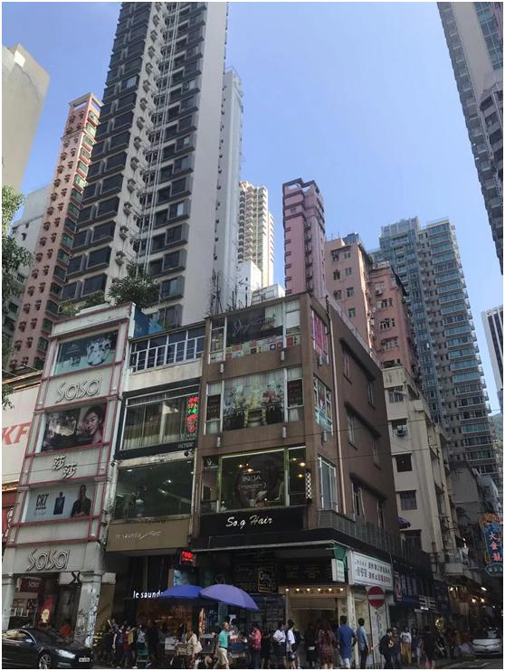 """从""""笼屋""""到90平米的""""千呎豪宅"""",香港人为什么住得那么挤?"""