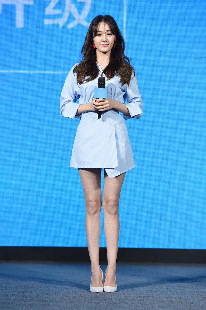 她穿浅蓝色短裙清丽婉约