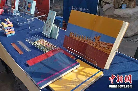 发布会现场展示的故宫文具。中新网记者 宋宇晟 摄