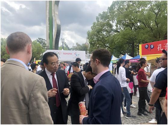 中国公共外交协会的吴海龙会长被两个英国人发现了,双方聊得好像很开心