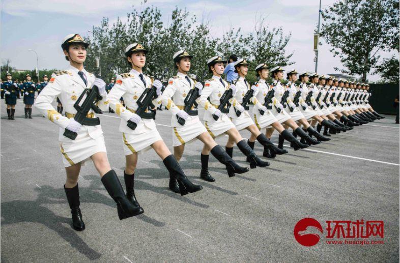 积极准备国庆70周年阅兵,仪仗队女队员于9月17日在北京昌平阅兵集训点进行训练。摄/李昊