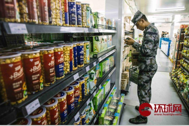 9月17日,北京昌平阅兵集训点,一位参训官兵在超市挑选商品。摄/李昊