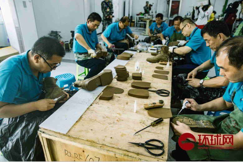 兵站鞋靴维修组的同志正在为受阅官兵修鞋。摄/李昊